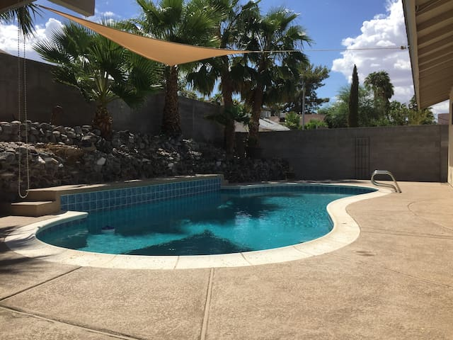 Relaxing single story w/pool!! Great location!