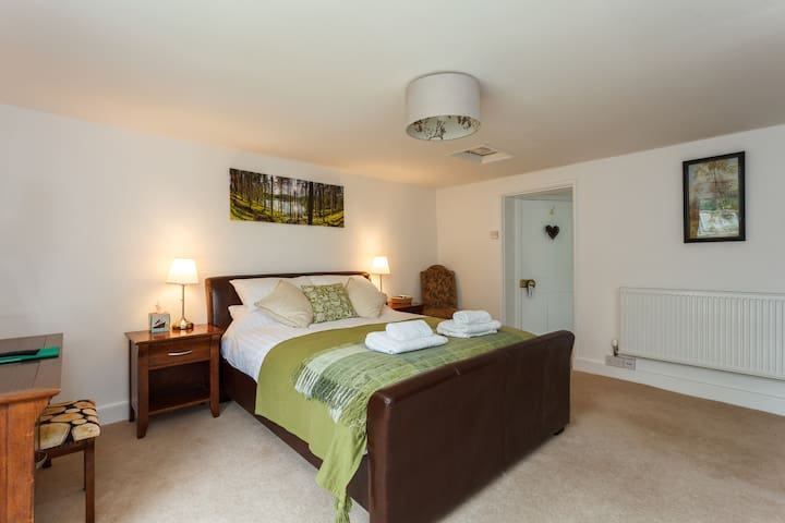 Ivy's B&B King with Roll-top Tub  - Southampton - Bed & Breakfast