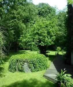 Maison de charme dans jardin arboré - Chimay
