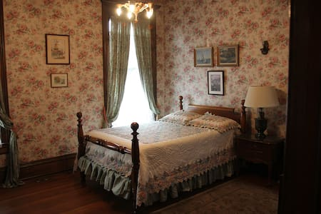 The Rose Room at the Charles Over Mansion - Maison