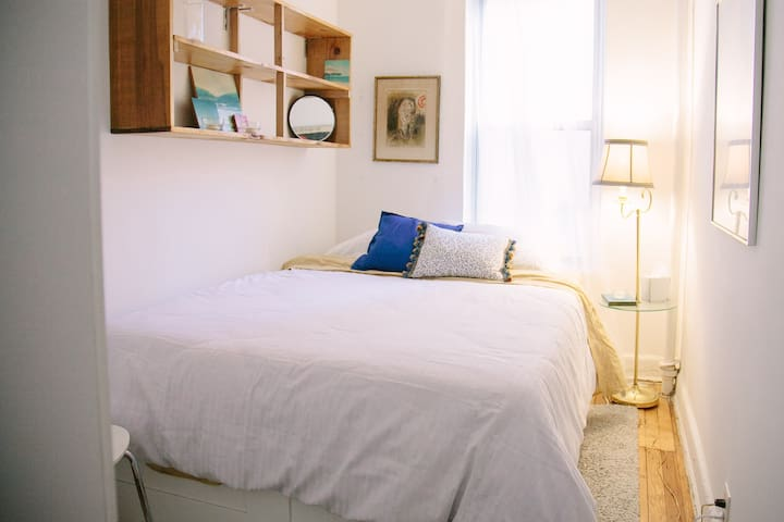 Queen Bed, Quiet Room, Prime Williamsburg!