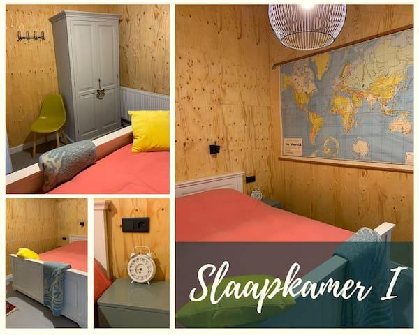 Slaapkamer I is een ruime slaapkamer met 1 tweepersoonsbed. Het bed heeft een afmeting van 160 x 200 cm. Verder is beschikt u over een een ruime kledingkast. Het bed is voor u opgemaakt!