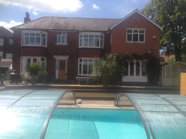 Double room + 1, En-suite, pool and Rivelin Valley