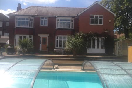 Double room + 1, En-suite, pool and Rivelin Valley - Sheffield - Maison
