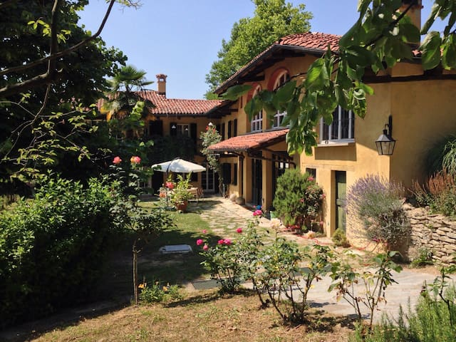 Country house on the Langhe hills - Bossolasco - Casa