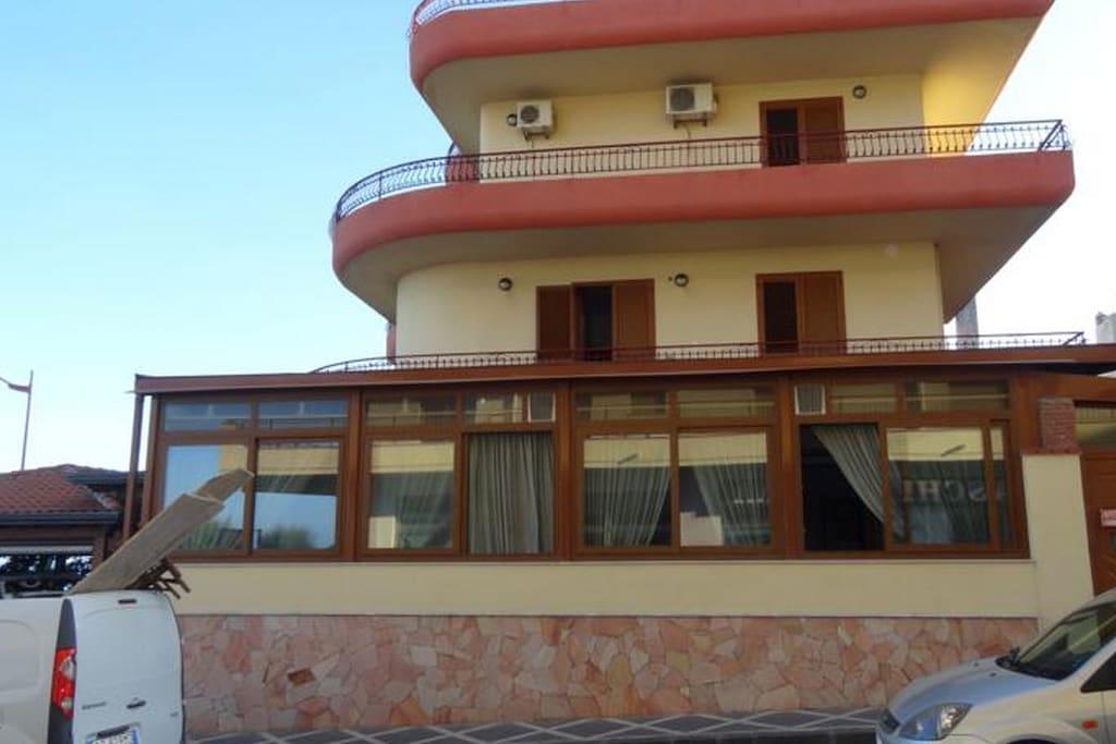 L'edificio al completo - lato