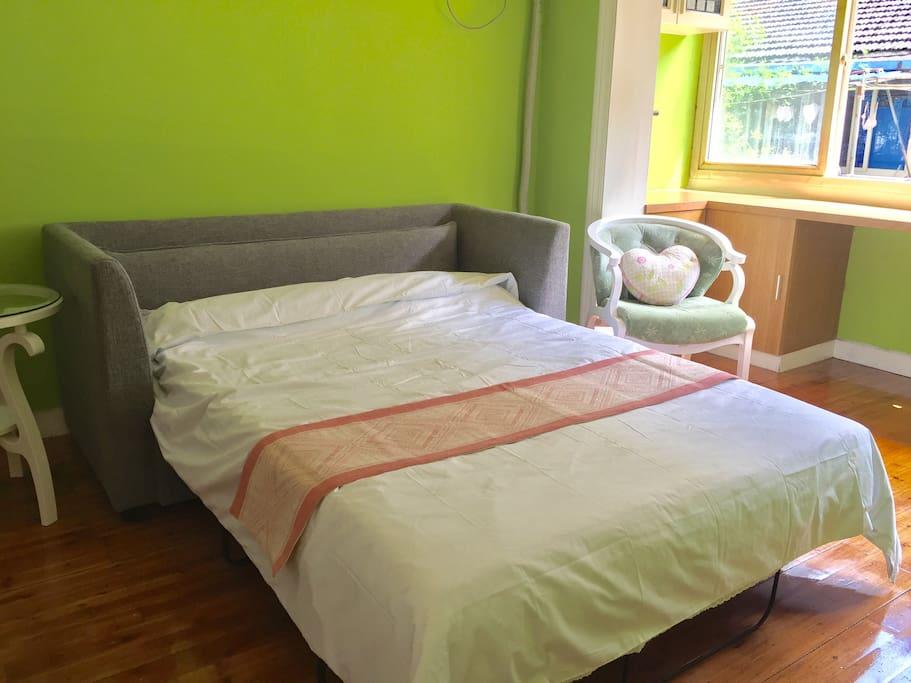 结实的沙发床