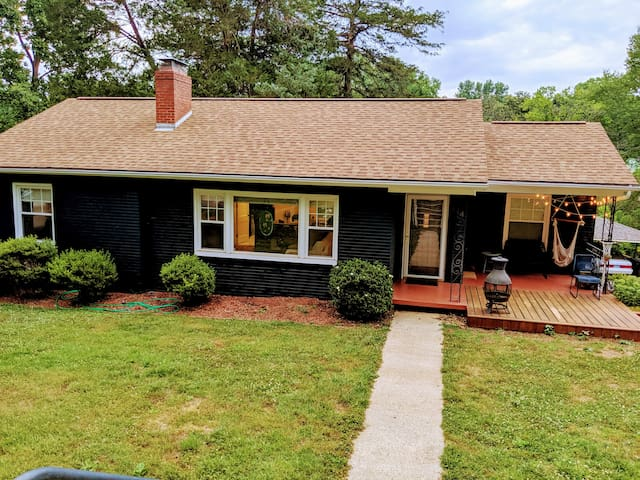Hygge Blue House 1 bd - Downtown Morganton