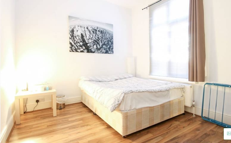 AMAZING DOUBLE ROOM IN LONDON-NEXT TO TUBE