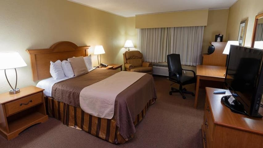 Norwood Inn Mankato - King  Suite with Whirlpool Tub Non Smoking
