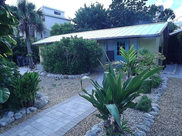 Beachcomber Guest House 150 FEET TO BEACH! - Englewood - Guesthouse