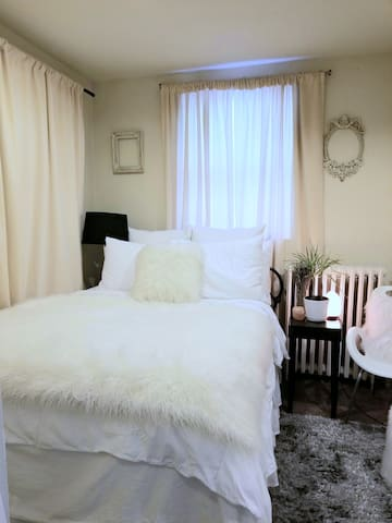Cozy Hide Away in the Heart of Wicker Park