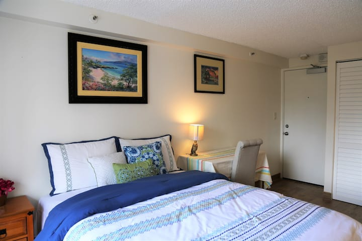 Waikiki Studio with Kitchenette 5 min to beach