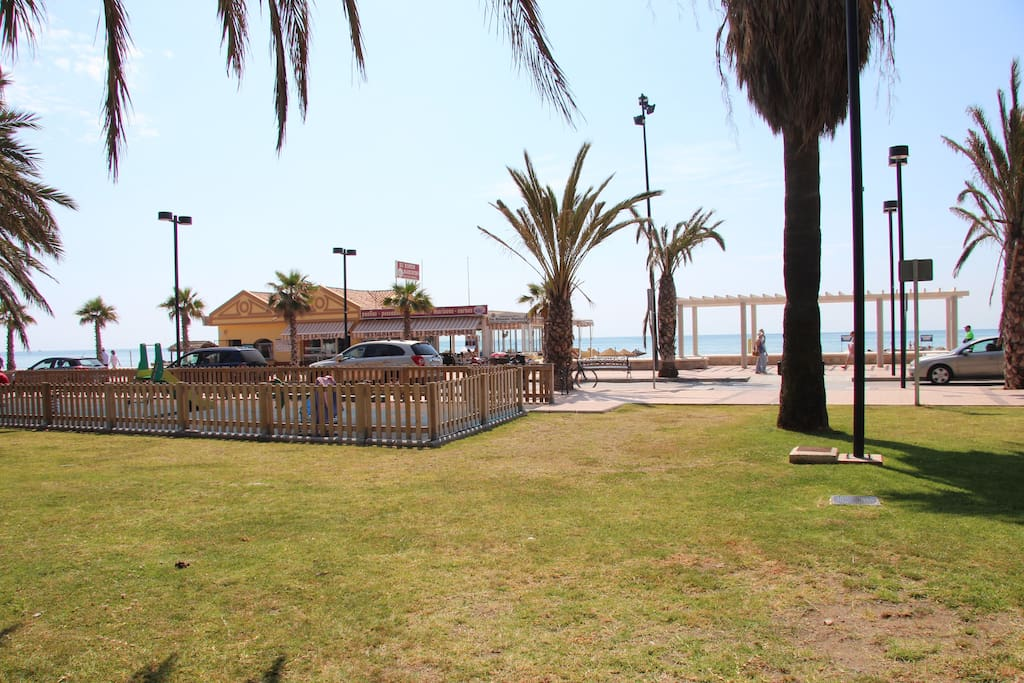 Área infantil junto urbanización y playa.