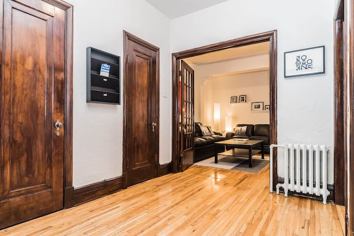Lovely 3 Bdr with terrace in Côtes-des-Neiges area - Montreal - Byt