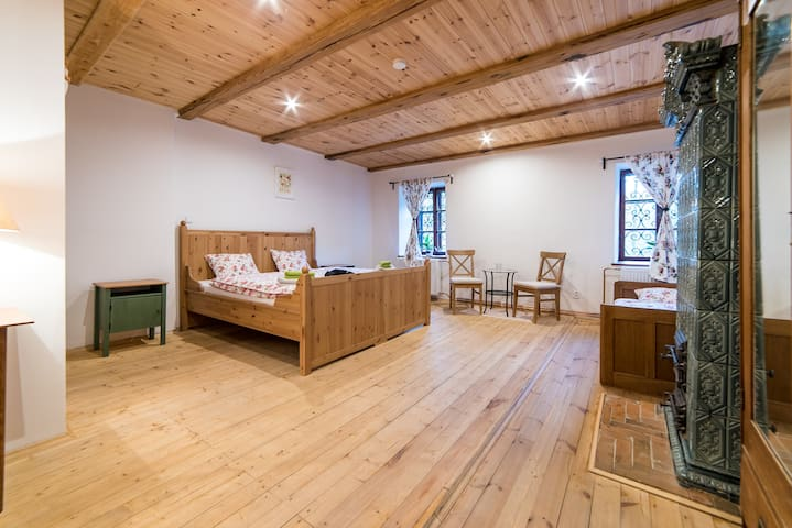 Pokoj č. 2 dřevěný s kachlovými kamny
