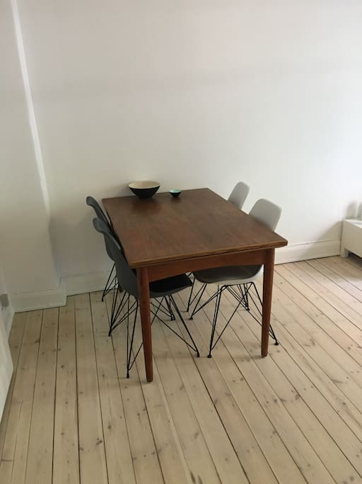 4 persons table. Possible extension. (8 persons)