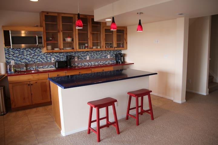 Spacious modern guest suite w kitchen