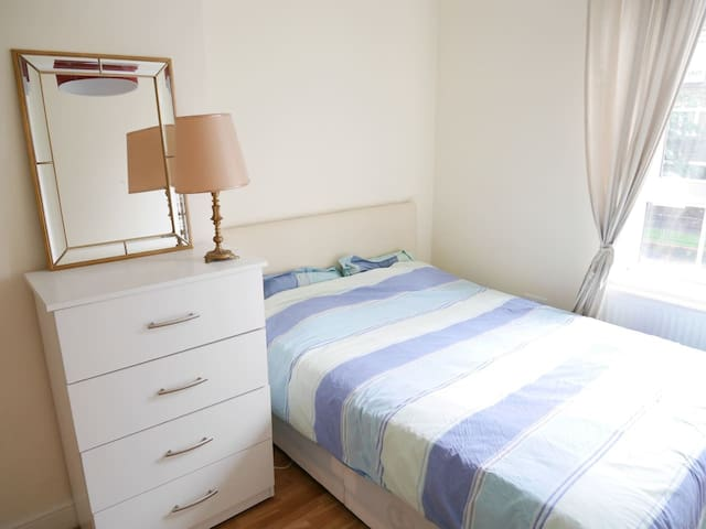 Lovely double Bedroom in excellent location