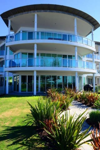 Australian Luxury Stays- EAST BEACH AT THE GALLERY - Victor Harbor - Lägenhet