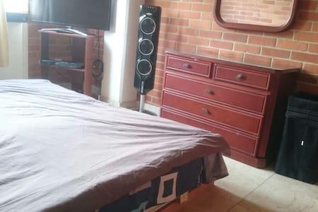 Habitación amplia con cama King, televisión y mas - Lakás