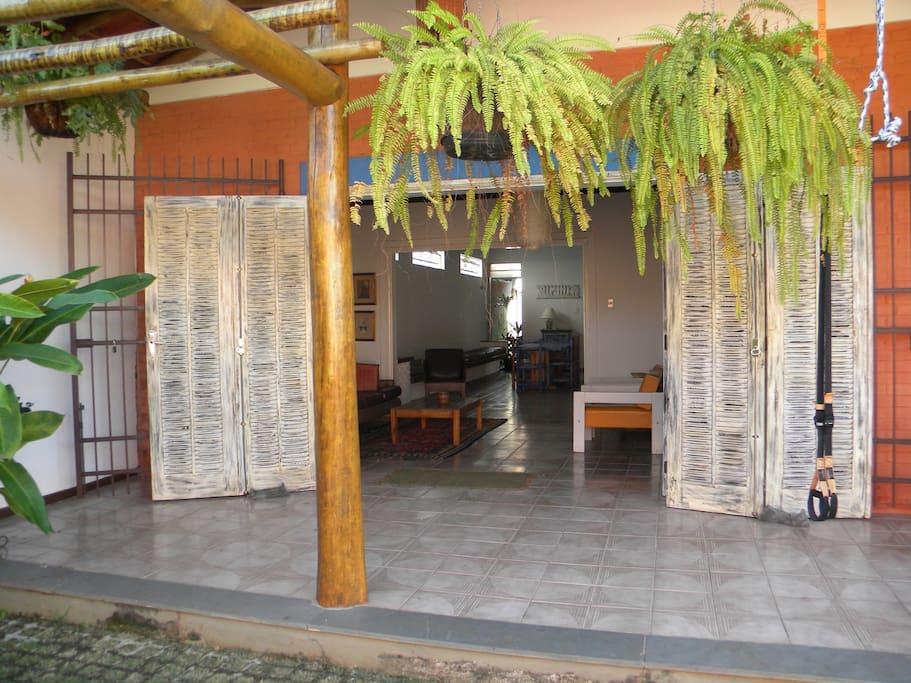 entrada da casa , ampla porta ,ventilação e claridade