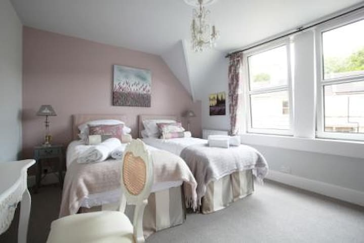 Brindleys Boutique B&B Twin or SuperKing Room 5 with en-suite and free parking & breakfast included. Brindleys is just a 6 minute walk from Bath city centre
