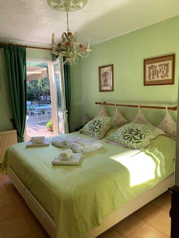 La chambre donne directement sur la terrasse