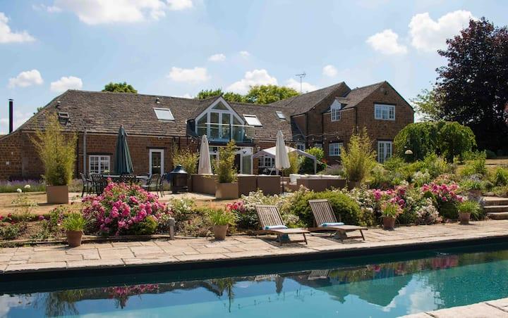 Beggars Barn Main Home, 6 beds, hot tub, pool!