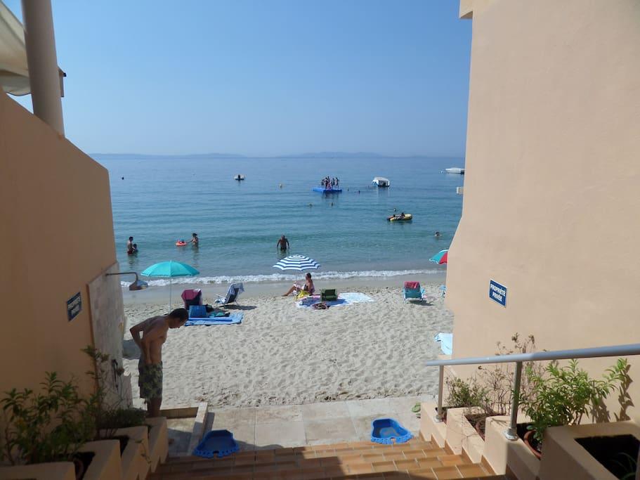 Accès plage avec douche privative
