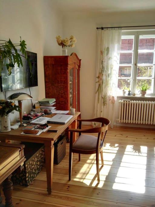 Wohnzimmer - lichtdurchflutet mit Platz zum Schreiben