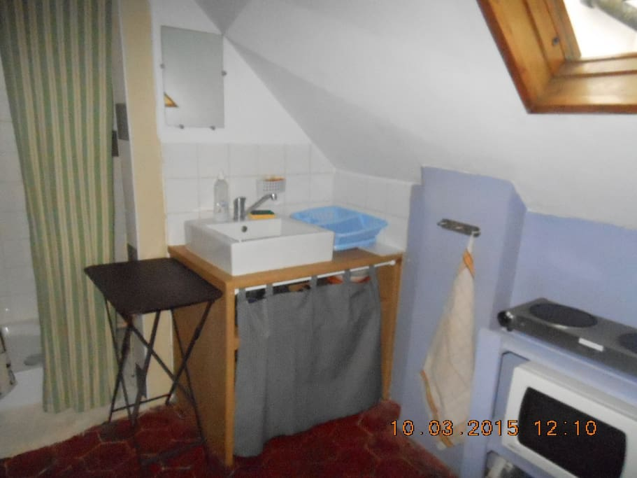 Studette 13m2 sous les toits flats for rent in paris for Chambre 13m2 avec douche