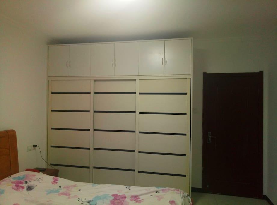 卧室内有组合套柜,可放衣物行李