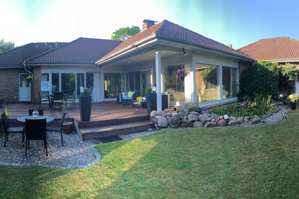 Das Haus mit Terrasse vom Garten aus gesehen.