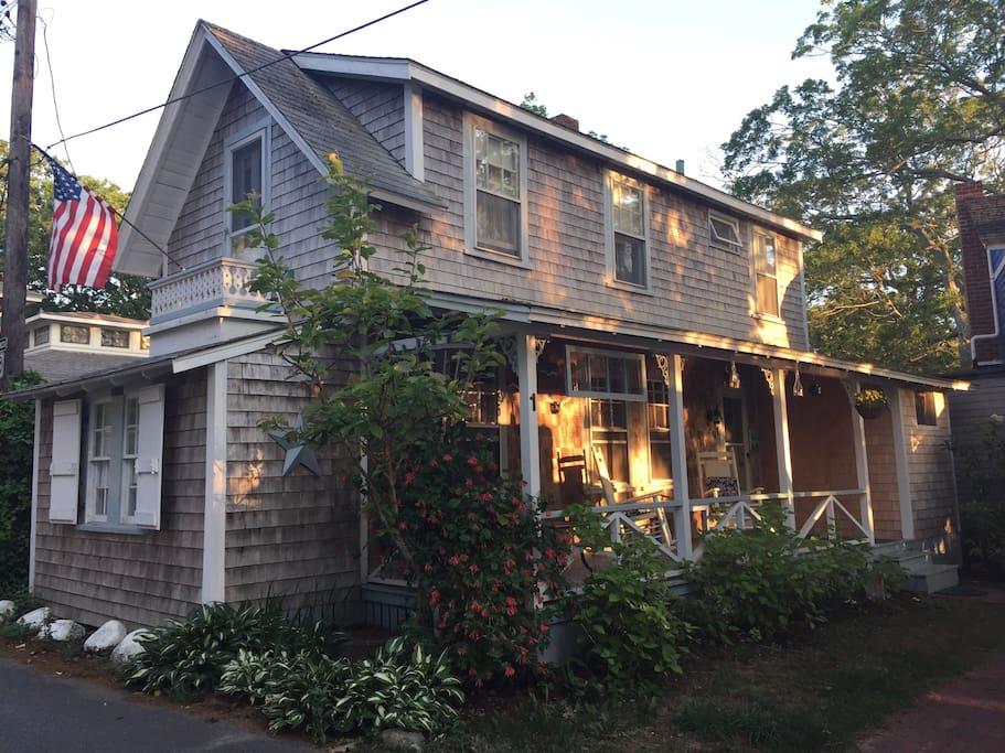 charming cottage in oak bluffs ma houses for rent in. Black Bedroom Furniture Sets. Home Design Ideas