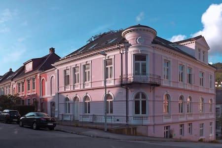 Luxery Apartment in Pink Villa - Bergen
