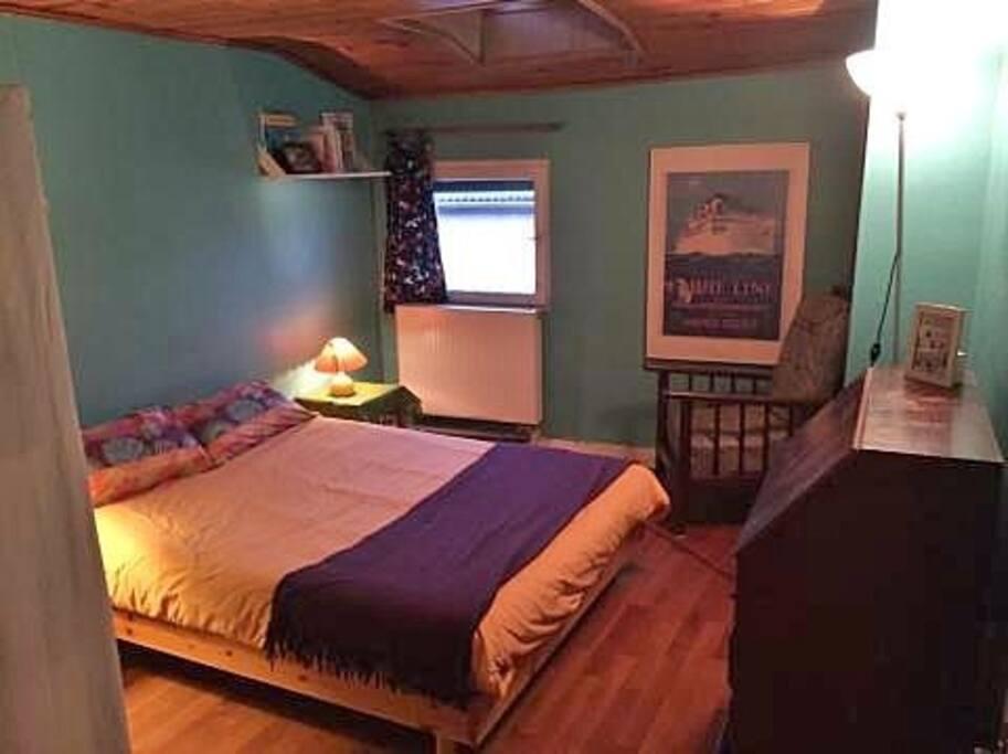 Chambre n°2 2ème étage  Lit 2 places penderie, commode , fauteuil, petite fenêtre, velux
