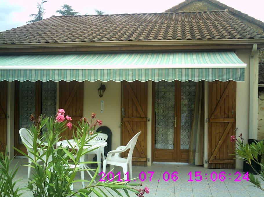 Terrasse ombragée avec store