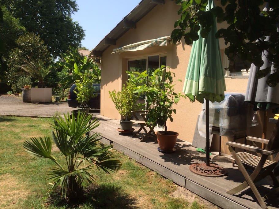 Agréable terrasse avec salon de jardin et barbecue ...