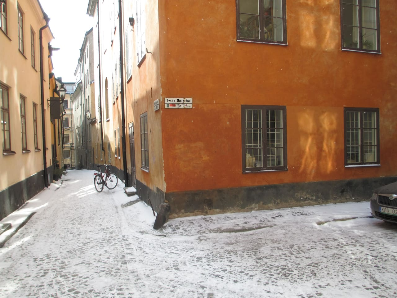The room is located on the ground floor, with the entrance door directly from the street, and three windows facing two directions. This is a quiet street in the middle of the Old Town.