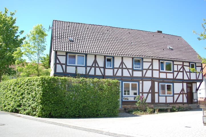 1-Zimmer-Appartement im Fachwerkhaus am Fluss - Kaufungen - Apartament