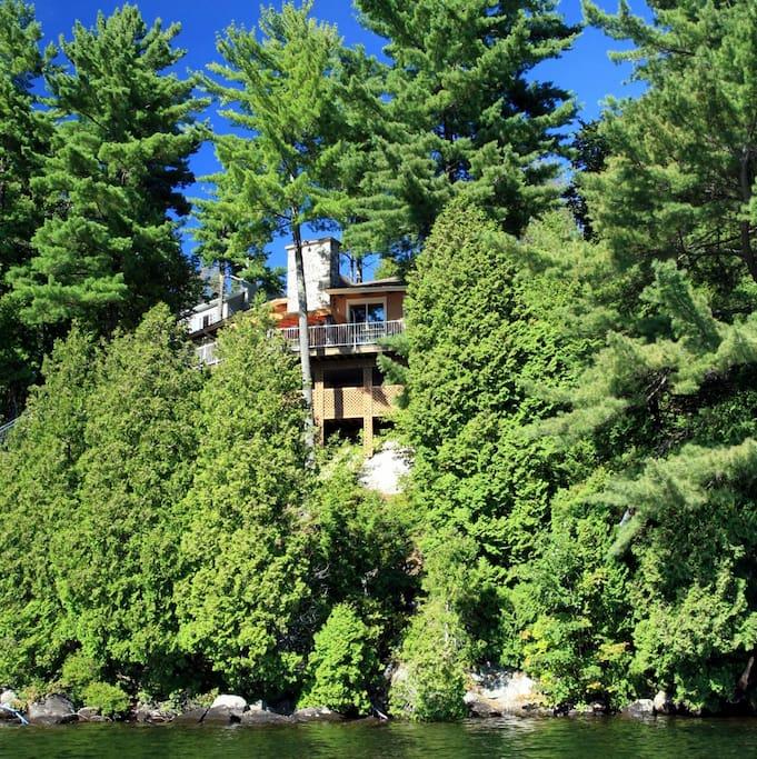 Vue de la maison depuis le lac.
