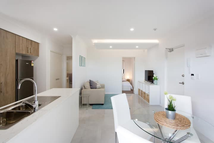Contemporary Apartment - 11km from Perth City