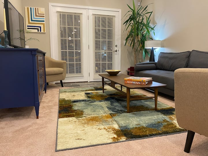 Sweet & Historic, Mid-century Middletown Apartment