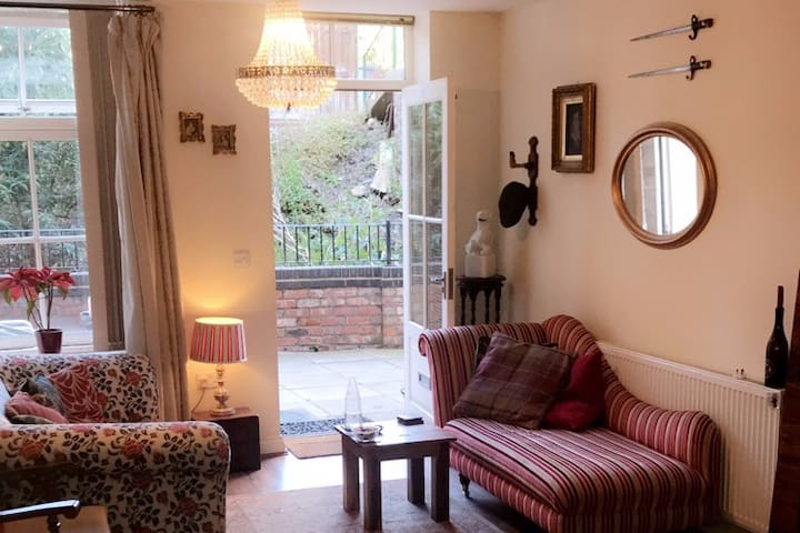 Stunning & secluded studio, Macc'field town centre
