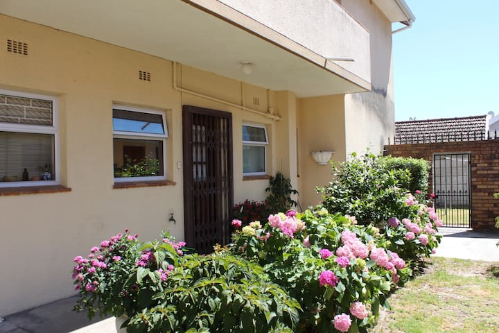 Apartment in secure block in Pinelands, Cape Town - Cape Town - Apartament