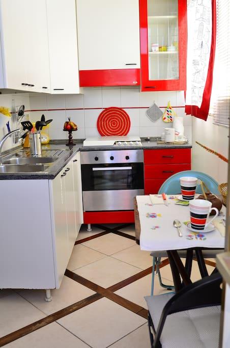 cucina e tavolino da colazione