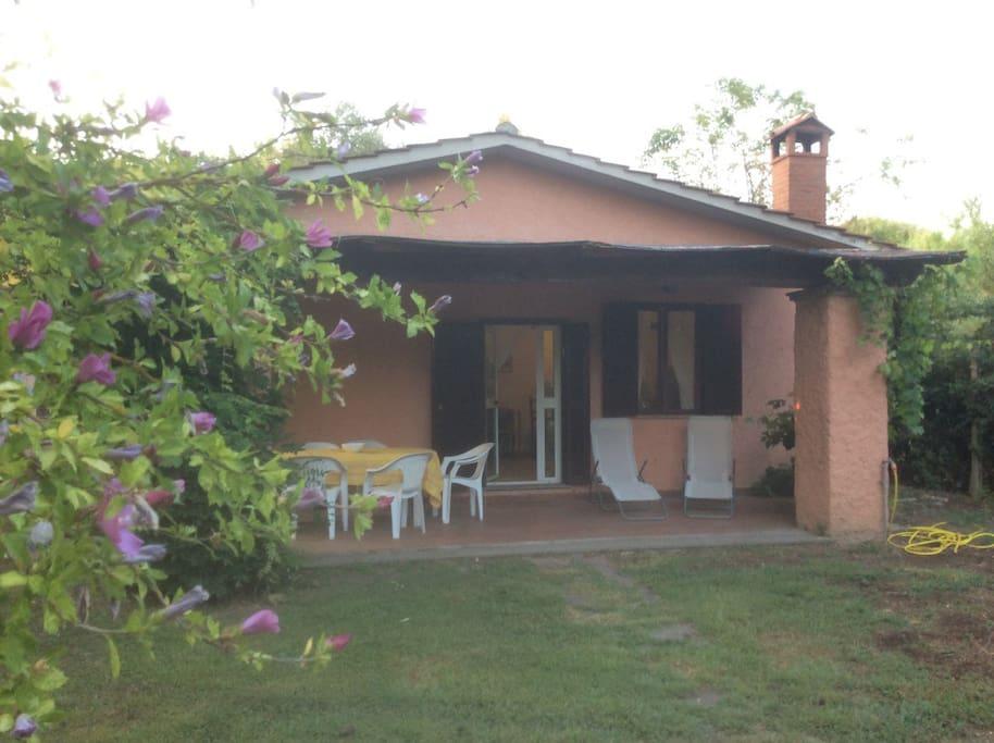 La casa con il suo portico di ingresso