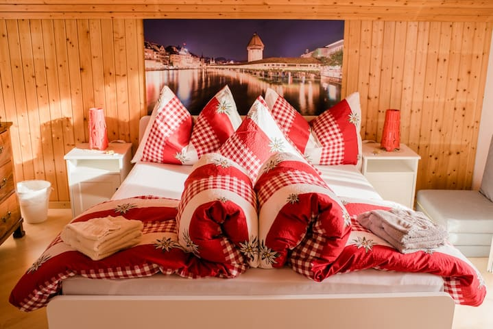 1 ruhiges Zimmer im Grünen/Pilatusblick mit Balkon
