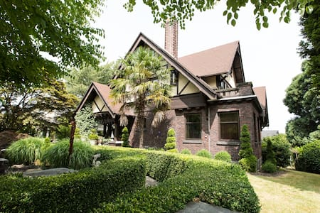 Charming little get-away in Seattle's best neighborhood. Lower level of a beautiful old church, private entrance, walk to everything. Completely furnished, just bring your toothbrush! Quiet location, but one family lives upstairs.